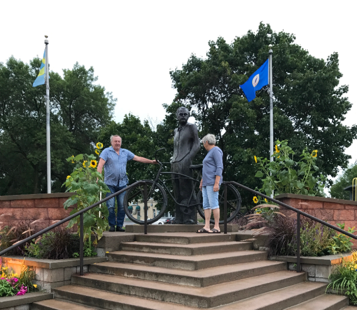 My grandparents posing next the the statue of Vilhem Moberg.